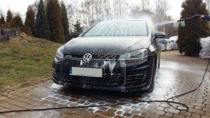 Samochód osobowy podczas mycia preparatem car cleaner